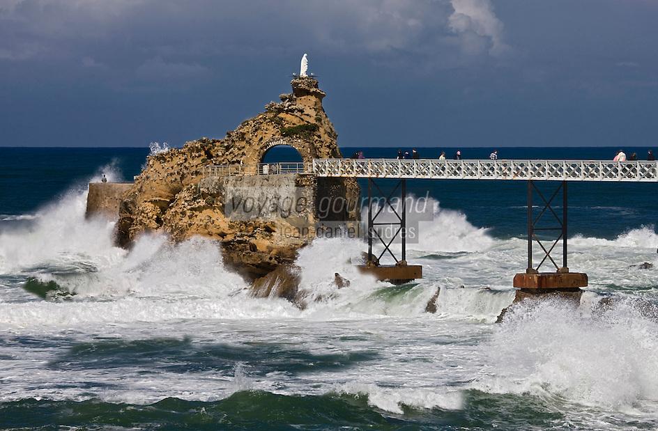 Europe/France/Aquitaine/64/Pyrénées-Atlantiques/Pays Basque/ Biarritz:Rouleaux et le  Rocher de la Vierge