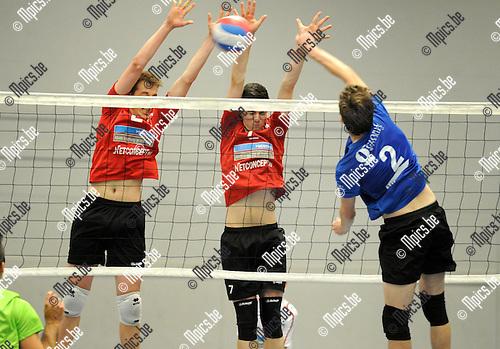 2014-09-20 / Volleybal / seizoen 2014-2015 / Kapellen - VC Zoersel / Van Dyck (Kapellen) tegenover Van der Maat en Bruyndonckx (r.)<br /><br />Foto: Mpics.be