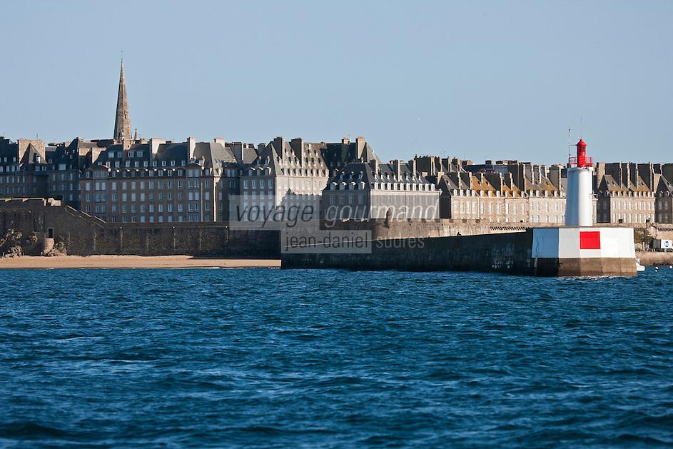 Europe/France/Bretagne/35/Ille et Vilaine/Saint-Malo: La Ville close et ses  remparts vus depuis la mer