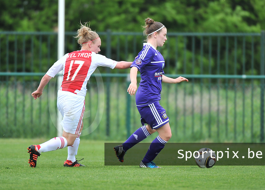 RSC Anderlecht Dames - Ajax Amsterdam : Lieselot De Kegel aan de bal voor Vesna Veltrop.foto DAVID CATRY / Nikonpro.be