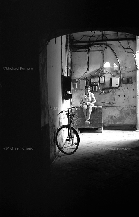 Varanasi (Uttar Pradesh)<br /> <br /> Young boy alone quiet in a street.<br /> <br /> Jeune garçon calme dans une rue.