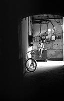 Varanasi (Uttar Pradesh)<br /> <br /> Young boy alone quiet in a street.<br /> <br /> Jeune gar&ccedil;on calme dans une rue.
