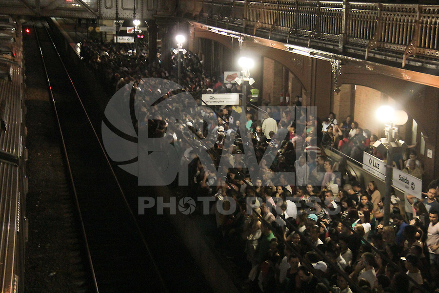 SÃO PAULO,SP,27.04.2015- CPTM/FALHA-Falha no trêm entre as estações Luz e Brás ,causa transtorno e superlotação no começo desta noite de segunda-feira ,27. (Foto:Marcio Ribeiro / Brazil Photo Press).