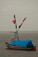 Pescadores artesanais utilizam embarcação regional conhecida como Pôpôpô para transporte próprio e do pescado. Cerca de 200 quilos de pescado de várias espécies como: piramutabas, sardinhas, filhotes, pescada amarela, robalo e tainhas são capturados em um dia de trabalho. A pesca é realizada na Reserva Extrativista Marinha Mãe Grande no litoral do Pará, na foz do rio Amazonas.<br /> Curuçá, Pará, Brasil<br />  Foto: Paulo Santos <br />  17/05/2009