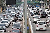SÃO PAULO, SP, 27.11.2015 – TRÂNSITO-SP - Transito congestionado na Av. Moreira Guimarães, próximo ao aeroporto de Congonhas, zona sul de São Paulo na tarde desta sexta feira. (Foto: Levi Bianco/Brazil Photo Press)
