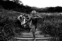 MANAUS AM 01 11 2010 SECA AMAZONAS. Pescadores da Colônia Antonio Aleixo, zona leste de Manaus carregam canoa para chegar ao rio Amazonas. Baixo nível das aguas fez com quer fosse feito um  aterro para repressar a agua. Agoar para fazer a pesca eles tem que carregar nas costas a canoa até o rio. (Foto Alberto Cesar Araujo)