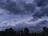 ATENÇÃO EDITOR: FOTO EMBARGADA PARA VEÍCULOS INTERNACIONAIS. - SÃO PAULO - SP - 26  DE FEVEREIRO 2013. CLIMA/TEMPO, céu carregado na zona oeste de São Paulo neste final de tarde de treça (26). FOTO: MAURICIO CAMARGO / BRAZIL PHOTO PRESS.