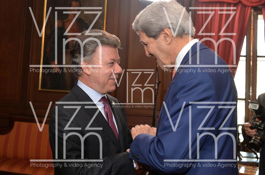 BOGOTÁ - COLOMBIA, 26-01-2013 Juan Manuel Santos, Presidente de Colombia, reunido con John Kerry, Secretario de Estado de Estados Unidos, durante la visita de este segundo a Colombia hoy 12 de diciembre de 2014./ Juan Manuel Santos, President of Colombia, during the meeting with John Kerry, US secretary of State as  a part of the visit of the second one to Colombia today 12 December 2014. Photo: VizzorImage /  César Carrión - SIG / HANDOUT PICTURE; MANDATORY EDITORIAL USE ONLY/ NO MARKETING, NO SALES