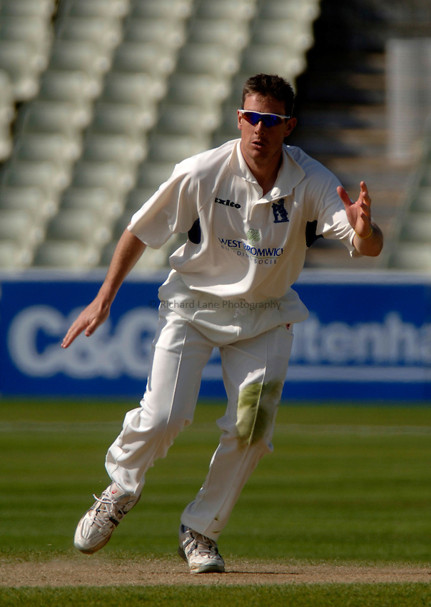 Photo. Glyn Thomas. .Warwickshire v Middlesex. 29/04/2005..Frizzell County Championship Division 1. Day 3..Warwickshire's Ashley Giles.