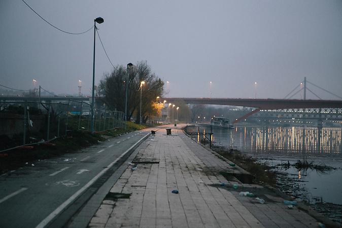 Am Ufer der Save verrotten alte Schiffe im Wasser. Wilde Hunde streunen herum. Das Projekt &quot;Belgrad am Wasser&quot; soll das Antlitz der Stadt f&uuml;r immer ver&auml;ndern. Die Wracks sollen in naher Zukunft Hochh&auml;usern und Shoppinmalls der Luxusklasse weichen.<br /><br />Mit einem Investitionsvolumen von 3,2 Mrd Euro ist das Projekt &quot;Belgrade Waterfront&quot; das umfassendste Immobilienvorhaben im ehemaligen Jugoslawien. Am Ufer der Save sollen Wohnt&uuml;rme, Shoppingzentren und Hotels der Luxusklasse entstehen. Die Firma Eagle Hills aus Abu Dhabi wil in der serbischen Hauptstadt einen neuen Stadttteil aus dem Boden stampfen. Anwohner und der Belgrader Bahnhof m&uuml;ssen f&uuml;r das Projekt umgesiedelt/verlegt werden.