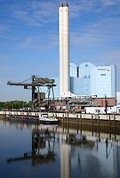 Binnenschiff liefert Kohle fuer das Heizkraftwerk Tiefstack: DEUTSCHLAND, HAMBURG, (GERMANY), 01.05.2014:  Binnenschiff liefert Kohle fuer das Heizkraftwerk Tiefstack