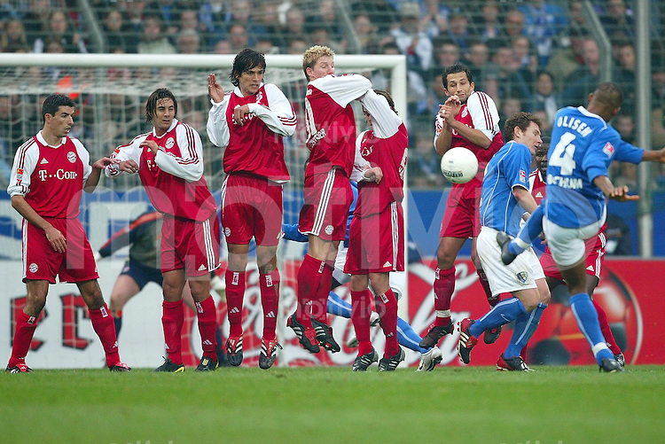 Fussball  1. Bundesliga Saison 2003/2004  20. Spieltag VfL Bochum - FC Bayern Muenchen 1:0      Sunday OLISEH (re, Bochum) trifft bei seinen Freistoss nur die Bayern-Mauer aus Roy MAKAAY, Claudio PIZARRO, Roque Santa CRUZ, Bastian SCHWEINSTEIGER, Owen HARGREAVES und Hasan SALIHAMIDZIC.