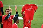 die Bayern danken ihren Fans mit einem Trikot, v.l. Torwart Manuel NEUER (M), Joshua KIMMICH (M), <br /> <br /> Sport: Fussball: 1. Bundesliga: Saison 19/20: 34.Spieltag, <br /> VFL WOLFSBURG - FC BAYERN MUENCHEN <br /> am 27.06.2020 in der Volkswagen Arena Wolfsburg, <br /> <br /> Nur fuer journalistische Zwecke! <br /> Only for editorial use!<br /> Gemaess den Vorgaben der DFL Deutsche Fussball Liga ist es untersagt, in dem Stadion und/oder vom Spiel angefertigte Fotoaufnahmen in Form von Sequenzbildern und/oder videoaehnlichen Fotostrecken zu verwerten bzw. verwerten zu lassen. <br /> DFL regulations prohibit any use of photographs as image sequences and/or quasi-video.<br /> National and International News Agencies OUT<br /> NO RESALE!