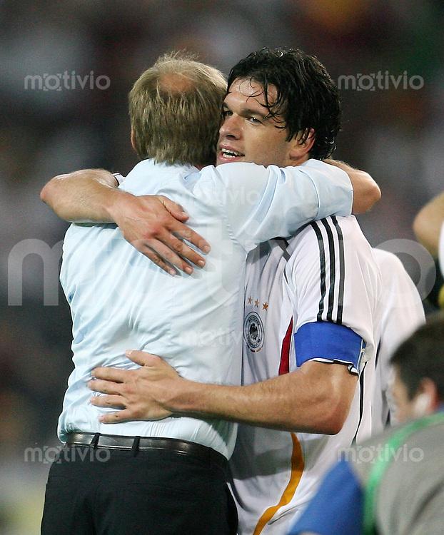 Fussball   WM 2006   Gruppenspiel Vorrunde   Deutschland - Polen Trainer Juergen KLINSMANN (li) und Michael BALLACK (re, beide GER) jubeln nach dem Abpfiff.