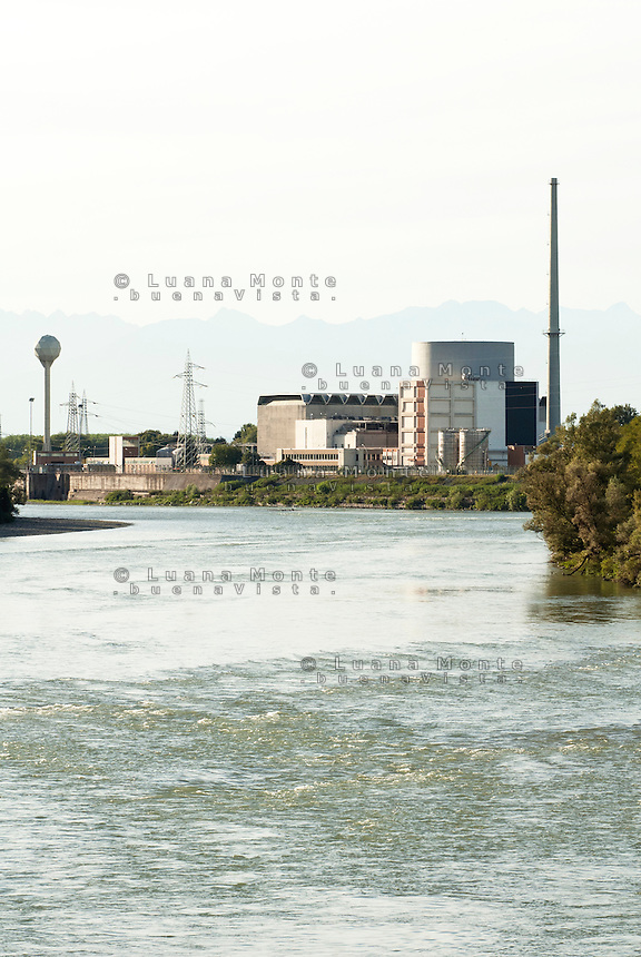 La ex centrale elettronucleare di potenza Enrico Fermi vista dal ponte sul Po. Trino (Vercelli), 21 settembre 2011...Enrico Fermi ex nuclear power station viewed from the bridge on Po river. Trino (Vercelli), September 21, 2011