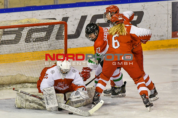 03.01.2020, BLZ Arena, Füssen / Fuessen, GER, IIHF Ice Hockey U18 Women's World Championship DIV I Group A, <br /> Daenemark (DEN) vs Ungarn (HUN), <br /> im Bild Mira Seregely (HUN, #17) allein gegen Sofie Skott (DEN, #22), Emma-Sofie Nordstrom (DEN, #25), Laerke Sondergaard (DEN, #6)<br /> <br /> Foto © nordphoto / Hafner