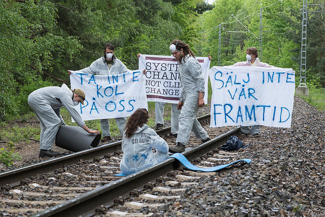 Klimacamp &quot;Ende Gelaende&quot; bei Elsterheide in der brandenburgischen Lausitz.<br /> Mehrere tausend Klimaaktivisten  aus Europa wollen zwischen dem 13. Mai und dem 16. Mai 2016 mit Aktionen den Braunkohletagebau blockieren um gegen die Nutzung fossiler Energie zu protestieren.<br /> Im Bild: Klimaaktivsten aus Schweden, Oesterreich, Finnland, und Deutschland versuchen die Schienen einer Kohletransportstrecke zu blockieren. Sie haben eine Vorrichtung zum anketten unter den Schienen befestigt und bereiten sich auf die Ankettung vor. Danach warten sie einen Zug ab, der sie im Schrittempo passiert um sich erst dann aneinander festzuketten.<br /> 13.5.2016, Elsterheide/Brandenburg<br /> Copyright: Christian-Ditsch.de<br /> [Inhaltsveraendernde Manipulation des Fotos nur nach ausdruecklicher Genehmigung des Fotografen. Vereinbarungen ueber Abtretung von Persoenlichkeitsrechten/Model Release der abgebildeten Person/Personen liegen nicht vor. NO MODEL RELEASE! Nur fuer Redaktionelle Zwecke. Don't publish without copyright Christian-Ditsch.de, Veroeffentlichung nur mit Fotografennennung, sowie gegen Honorar, MwSt. und Beleg. Konto: I N G - D i B a, IBAN DE58500105175400192269, BIC INGDDEFFXXX, Kontakt: post@christian-ditsch.de<br /> Bei der Bearbeitung der Dateiinformationen darf die Urheberkennzeichnung in den EXIF- und  IPTC-Daten nicht entfernt werden, diese sind in digitalen Medien nach &sect;95c UrhG rechtlich geschuetzt. Der Urhebervermerk wird gemaess &sect;13 UrhG verlangt.]
