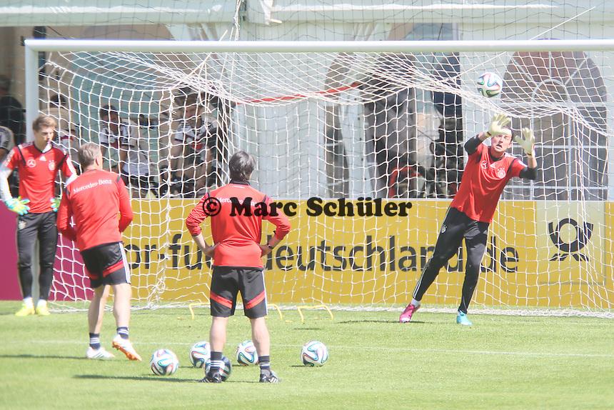 Bundestrainer Joachim Löw sieht Roman Weidenfeller zu - Abschlusstraining der Deutschen Nationalmannschaft gegen die U20 im Rahmen der WM-Vorbereitung in St. Martin