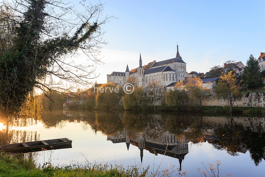 France, Indre (36), Saint-Gaultier, rivière Creuse et ancien prieuré le soir // France, Indre, Saint Gaultier, river the Creuse and former priory in the evening