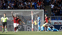 Calcio, Serie A: Roma vs Napoli. Roma, stadio Olimpico, 25 aprile 2016.<br /> Roma&rsquo;s Radja Nainggolan, second from left, celebrates after scoring the winning goal during the Italian Serie A football match between Roma and Napoli at Rome's Olympic stadium, 25 April 2016. Roma won 1-0.<br /> UPDATE IMAGES PRESS/Isabella Bonotto