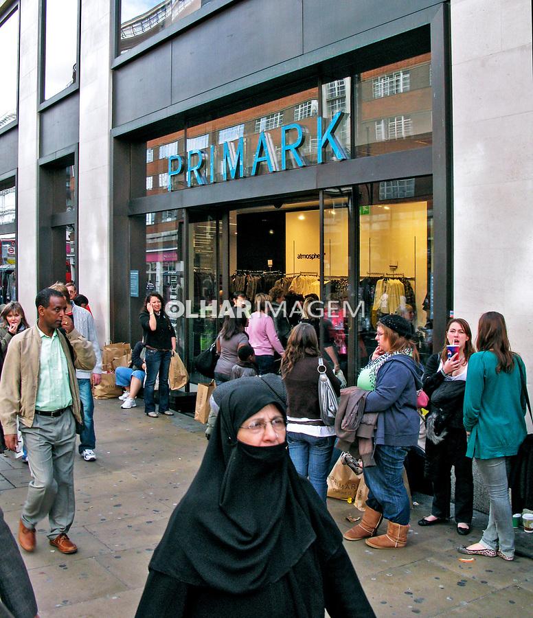 Pessoas caminhando na rua, imigrantes, Londres. Inglaterra. 2008. Foto de Juca Martins.