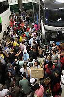 CURITIBA, PR, 17.04.2014 -  RODOVIÁRIA / VÉSPERA DO FERIADO/ MOVIMENTO - Movimentação intensa de passageiros no fim da noite desta quinta-feira (17) na rodoviária de Curitiba.Cerca de 58,5 mil pessoas deverão deixar Curitiba durante o feriado da Páscoa, embarcando na Rodoviária até a sexta-feira (18) e tendo como as cidades do interior paranaense como os locais procurados, segundo a Urbs – Urbanização de Curitiba S/A, que administra o terminal. (Foto: Paulo Lisboa / Brazil Photo Press)
