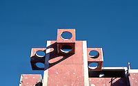 Paolo Soleri: ARCOSANTI. Belfries, main building. Photo '77.