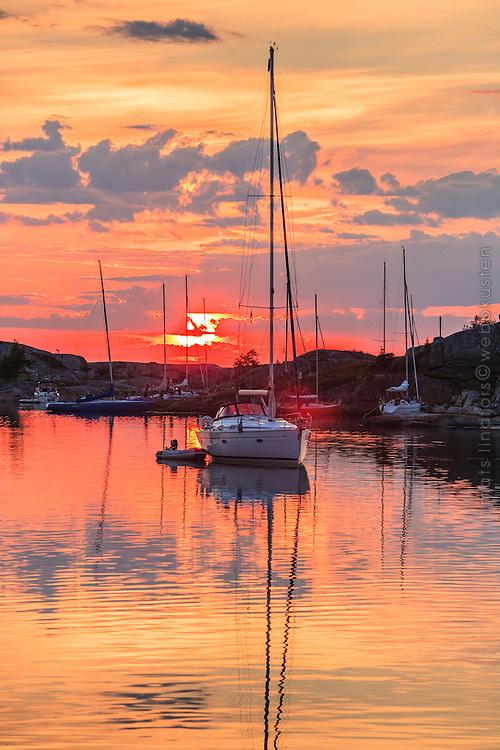 Färgsprakande solnedgång i naturhamn i Stora Nassa i Stockholms skärgård