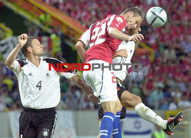Europameisterschaft 2004 Portugal<br /> <br /> Deutschland - Tschechien<br /> <br /> Christian Woerns und Kevin Kuranyi (Deutschland) versuchen per Kopfball gegen David Rozehnal (Tschechien) sich durchzusetzen.<br /> <br /> <br /> <br /> Foto &copy; nordphoto