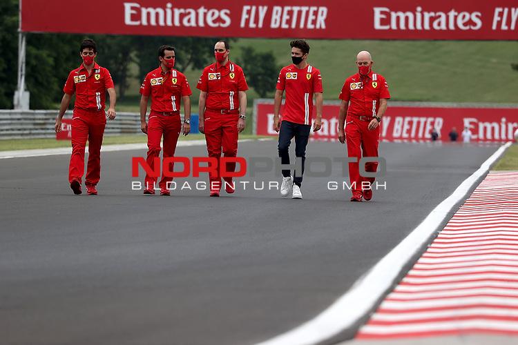 16.07.2020, Hungaroring, Budapest, Formel 1 Grand Prix Großer Preis von Ungarn 2020, im Bild<br />Charles Leclerc (MCO#16), Scuderia Ferrari geht mit seinen Ingenieuren um die Strecke<br /> <br /> Foto © nordphoto / Bratic