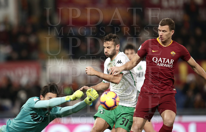 Football, Serie A: AS Roma - US Sassuolo, Olympic stadium, Rome, December 26, 2018. <br /> Roma's Edin Dzeko (r) in action with Sassuolo's goalkeeper Andrea Consigli (l) and Gianmarco Ferrari (c) during the Italian Serie A football match between Roma and Sassuolo at Rome's Olympic stadium, on December 26, 2018.<br /> UPDATE IMAGES PRESS/Isabella Bonotto
