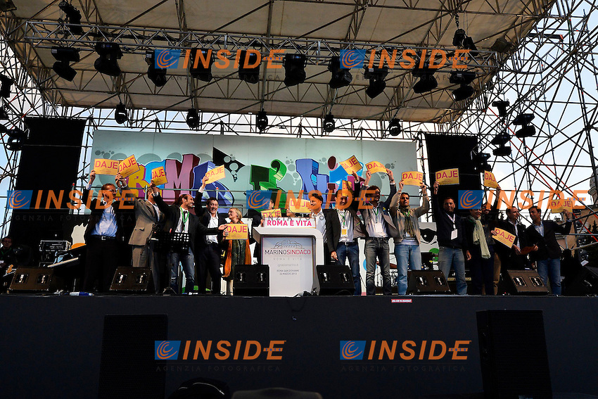 Ignazio Marino con la sua squadra .Roma 24/5/2013 Piazza San Giovanni.Manifestazione di chiusura della campagna elettorale del Partito Democratico per le elezioni del Sindaco di Roma .Foto Andrea Staccioli Insidefoto.