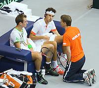 05-03-11, Tennis, Oekraine, Kharkov, Daviscup, Oekraine - Netherlands, Thiemo de Bakker(L) en Robin Haase   luisteren naar captain Jan Siemerink