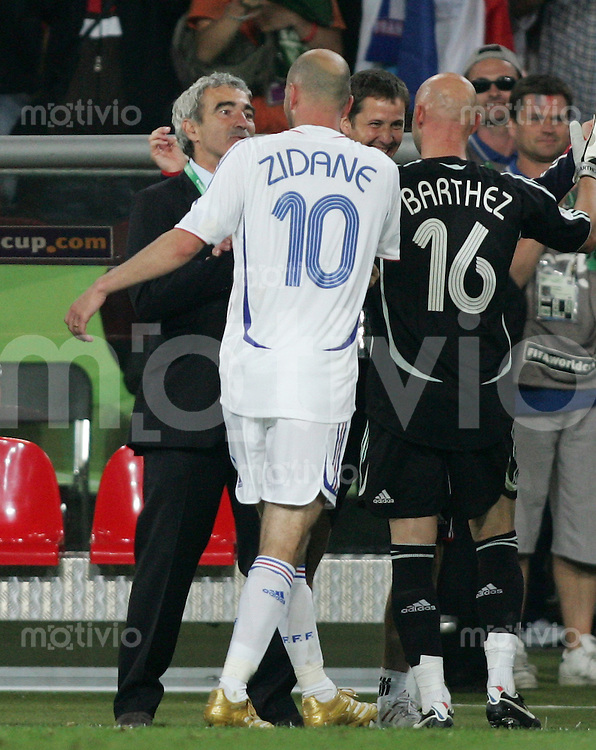 Fussball WM 2006 Achtelfinale  Spanien - Frankreich Zinedine ZIDANE (FRA,mitte) mit Trainer Raymond DOMENECH (FRA,li)