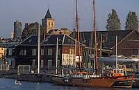 Europe/France/Normandie/Basse-Normandie/14/Calvados/Caen: Le port - Le bassin Saint-Pierre et l'Abbaye aux Dames