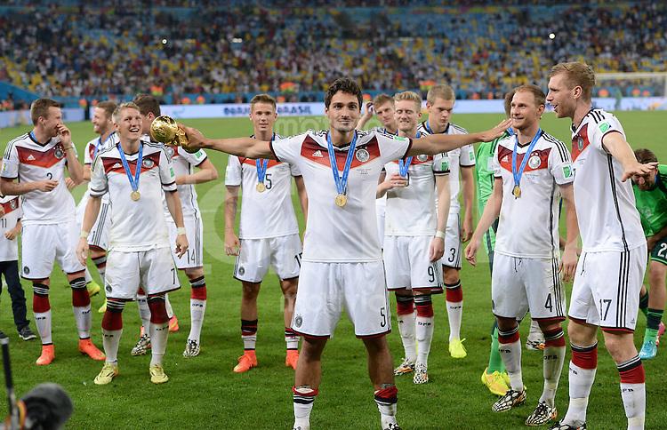FUSSBALL WM 2014                       FINALE   Deutschland - Argentinien     13.07.2014 DEUTSCHLAND FEIERT DEN WM TITEL: Mats Hummels jubelt mit dem WM Pokal