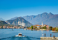 Italy, Piedmont, near Stresa: Isola Bella, one of the five Borromean Islands (Isole Borromee) of lake Lago Maggiore, with view at Isola dei Pescatori (also known as Isola Superiore), in between islet La Malghera, the smallest of the five Borromean Islands (Isole Borromee), at background town Baveno | Italien, Piemont, bei Stresa: Isola Bella, eine der fuenf Borromaeischen Inseln im Lago Maggiore mit  Blick auf die Isola dei Pescatori (auch Isola Superiore genannt), zwischen den beiden Inseln liegt das winzige Eiland La Malghera, die kleinste der fuenf Borromaeischen Inseln, im Hintergrund die Stadt Baveno