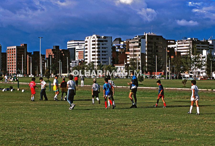 Crianças em parque na cidade de Quito. Equador. Foto de Juca Martins. Data: 1997
