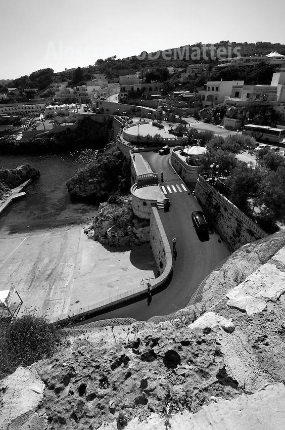 Castro Marina - Salento - Puglia - Strada a tornanti che dallaz piazza conduce al porto. Le piazzette che scorgono il panorama sono di costruzione recente.