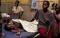 GULU / NORD UGANDA.MADRI E BAMBINI RICOVERATI AL LACOR HOSPITAL DI GULU..MALATTIE, DENUTRIZIONE E FERITE DI GUERRA AFFLIGGONO UNA LARGA PARTE DELLA POPOLAZIONE. MALARIA E HIV/AIDS SONO TRA LE CAUSE PIU' DIFFUSE DI DECESSO DI ADULTI E BAMBINI..FOTO LIVIO SENIGALLIESI..GULU/ NORTH UGANDA.WOMEN AND CHILDREN IN LACOR HOSPITAL GULU. MALARIA, HIV/AIDS INFECTION AND WAR CASUALTIES AFFECT A LARGE PART OF POPULATION. .PHOTO LIVIO SENIGALLIESI