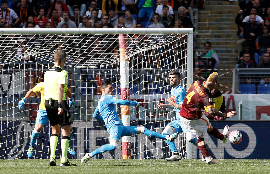 Calcio, Serie A: Roma vs Napoli. Roma, stadio Olimpico, 25 aprile 2016.<br /> Roma's Radja Nainggolan, right, kicks to score the winning goal during the Italian Serie A football match between Roma and Napoli at Rome's Olympic stadium, 25 April 2016. Roma won 1-0.<br /> UPDATE IMAGES PRESS/Isabella Bonotto