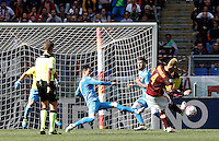 Calcio, Serie A: Roma vs Napoli. Roma, stadio Olimpico, 25 aprile 2016.<br /> Roma&rsquo;s Radja Nainggolan, right, kicks to score the winning goal during the Italian Serie A football match between Roma and Napoli at Rome's Olympic stadium, 25 April 2016. Roma won 1-0.<br /> UPDATE IMAGES PRESS/Isabella Bonotto