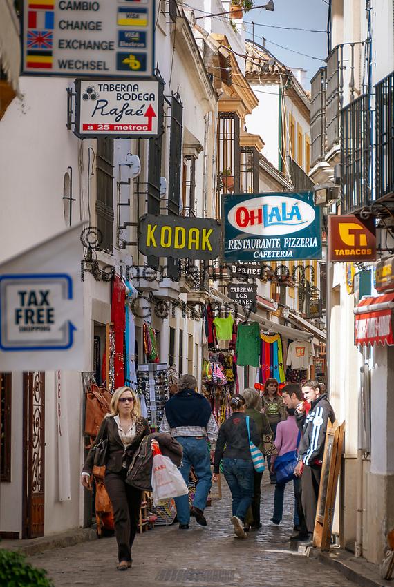 Spanien, Andalusien, Córdoba: Altstadtgasse, Souvenirlaeden | Spain, Andalusia, Córdoba: old town lane, souvenishops