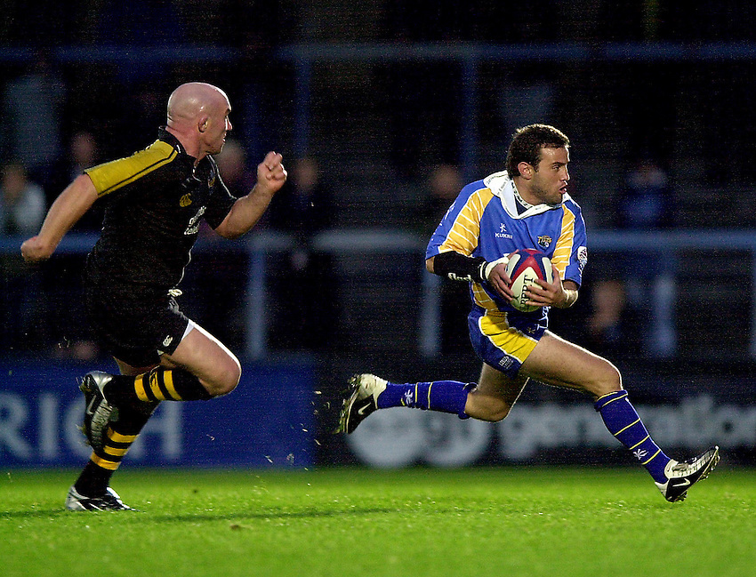 Photo. Richard Lane.London Wasps v Leeds Tykes. Zurich Premiership. 24/11/2002..Diego Albanese attacks.