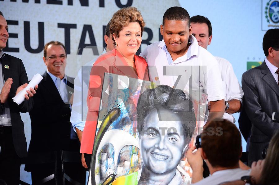 RIO DE JANEIRO, RJ, 14 DE JUNHO DE 2013 -PRESIDENTA DILMA NA ROCINHA-RJ- Presidenta Dilma Rousseff na cerimônia de anúncio de investimentos em infraestrutura urbana e equipamentos sociais nas comunidades da Rocinha e nos complexos do Lins e do Jacarezinho, no Complexo Esportivo da Rocinha , zona sul do Rio de Janeiro/RJ do Rio de Janeiro.FOTO:MARCELO FONSECA/BRAZIL PHOTO PRESS