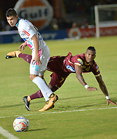 IBAGUE - COLOMBIA , 5 -11 - 2017.Carlos Renteria (Der.) jugador del Deportes Tolima disputa el balón con Jorge Arias (Izq) del Atlético Junior   durante encuentro  por la fecha 19 de la Aguila II 2017 disputado en el estadio Manuel  Murillo Toro./ Carlos Renteria (R) player of Deportes Tolima   fights for the ball withJorge Arias (L) player of Atletico Junior   during match for the dat 19 of the Aguila League II 2017 played at Manuel Murillo Toro stadium. Photo:VizzorImage / Juan Carlos Escobar  / Contribuidor