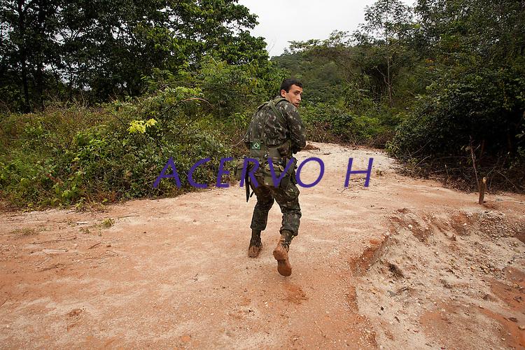 Ocupação do garimpo do Cassiporé  por forças federais e estaduais leva a detenção de cinco garimpeiros que após depoimento foram liberados.<br /> Rio Cassiporé, Amapá, Brasil.<br /> Foto Paulo Santos<br /> 09/05/2012<br /> <br /> Ágata 4<br /> Combater crimes transnacionais e ambientais, o crime organizado, além de intensificar a presença do estado na faixa de fronteira apoiando as populações sãos os principais objetivos da operação ÁGATA 4 lançada pelo    Ministério da Defesa (MD) , no ultimo dia 02/05,  a Operação, uma ação  conjunta das Forças Armadas Brasileiras, com apoio de órgãos federais e estaduais, como a Polícia Federal, o Instituto Brasileiro de Meio Ambiente e dos Recursos Naturais Renováveis (IBAMA), a Secretaria da Receita Federal (SRF), a Polícia Rodoviária Federal (PRF), o Sistema de Proteção da Amazônia (SIPAM), a Força Nacional de Segurança Pública (FNS), a Agência Brasileira de Inteligência (ABIN), Agência Nacional de Aviação Civil (ANAC), Fundação Nacional do Índio (FUNAI), Instituto Chico Mendes de Conservação da Biodiversidade (ICMBio), órgãos de segurança pública dos Estados do Amazonas, Roraima, Pará e Amapá para coibir delitos transfronteiriços e ambientais na faixa de fronteira Norte. Com comando geral em Manaus foram criadas as chamadas frentes de Tarefas, a do rio Negro em São Gabriel da Cachoeira no Amazonas a do rio Branco em Boa Vista Roraima e a do Oiapoque no Amapá todas articuladas entre si. Com efetivo de  8600 homens, e grande logística, vinte e seis aeronaves como o moderno avião Embraer 145 E 99 com os mais variados tipos de censores usados pela inteligência e controle  ou o helicóptero Black Rock para transporte de tropas fazem o apoio aéreo, diversas embarcações como lanchas de aluminio até grandes balsas, dão apoio nos rios e igarapés possibilitando a operação. Água, terra e ar, em uma área aproximada de 5.200 km de extensão,  fazendo fronteira com Venezuela, Guiana, Suriname e Guiana Franc