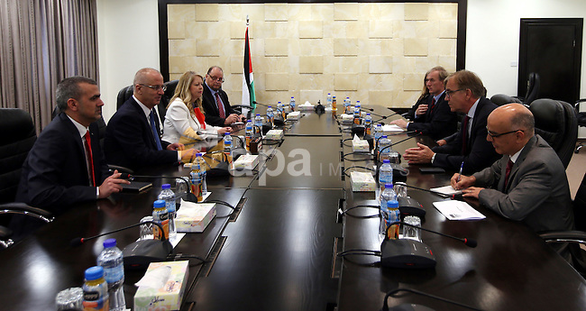 Palestinian Prime Minister Rami Hamdallah meets with a delegation of the German parliament, in the West Bank city of Ramallah, on May 24, 2016. Photo by Prime Minister Office