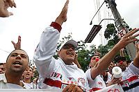 SAO PAULO,SP, 24.11.2015 - FUTEBOL-SAO PAULO - Torcida do São Paulo protesta em frente ao estádio Cicero Pompeu de Toledo, no bairro do Morumbi, zona sul da cidade de São Paulo nesta terça-feira, (24). O protesto acontece antes da partida final da Copa do Brasil sub-20, entre São Paulo e Atletico Paranaense. (Foto: Douglas Pingituro/Brazil Photo Press)