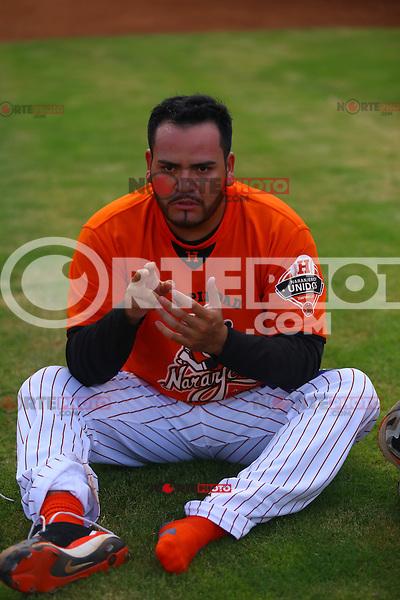 Edgar Gonzales pitcher  de Naranjeros , previo al juego contra Aguilas de Mexicali, la Fiesta Mexicana del beisbol  celebrada  en el estadio Sloan Park de Phoenix (Meza) Arizona, el 18 de Septiembre del 2015.<br /> <br /> CreditoFoto:LuisGutierrez<br /> TodosLosDerechosReservados<br /> ElIMPARCIAL